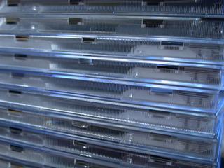 プレスされたCDが入り、積み上げられたCDケース