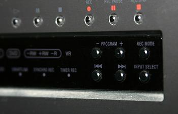 VRモードの記載のある銀色のDVDプレーヤー