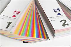 特色を指定するDICカラーチップを広げたところ