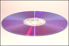 厚さ0.6mmのディスクを2枚貼り合わせた構造になっているDVDディスク