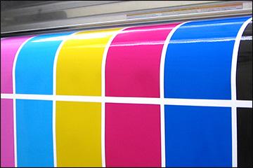 基本的なインキで印刷された印刷物が印刷機から出てくるところ